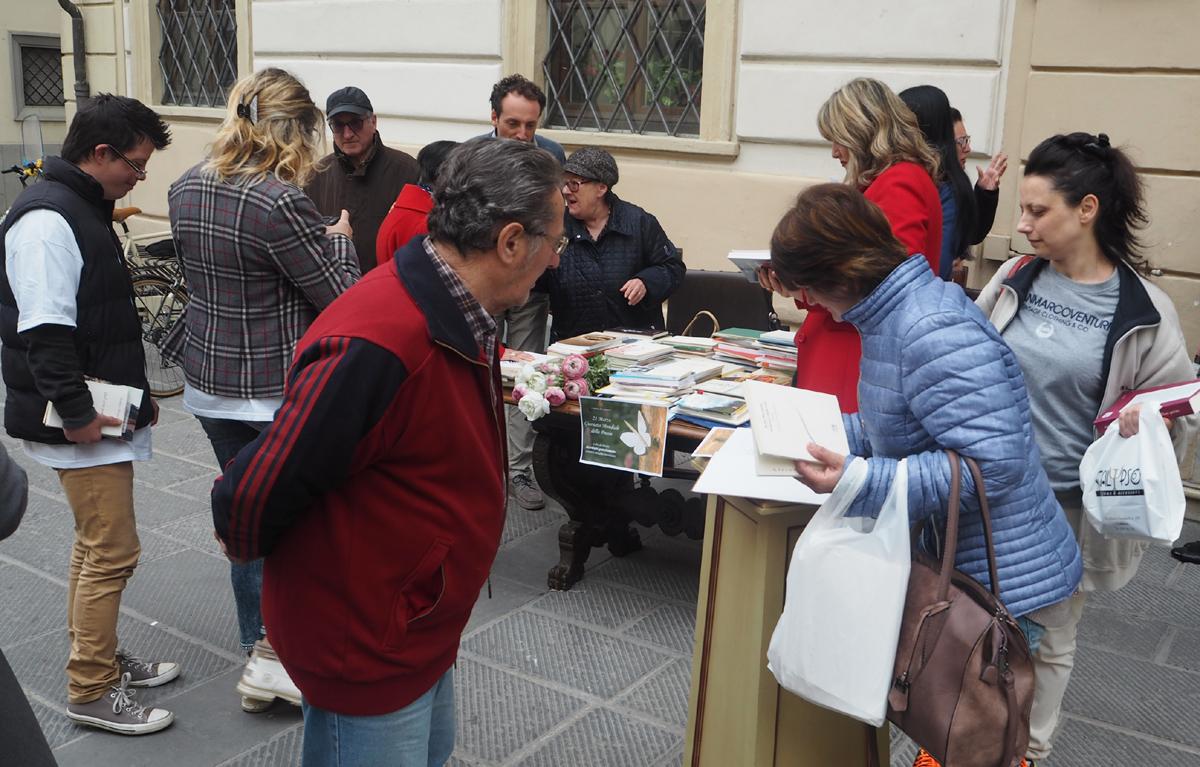 I cittadini si fermano a prendere i libri di poesia