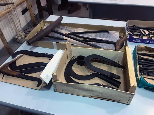 """Restaurati strumenti in ferro nell'ambito del progetto """"E sem a Gombetea"""""""
