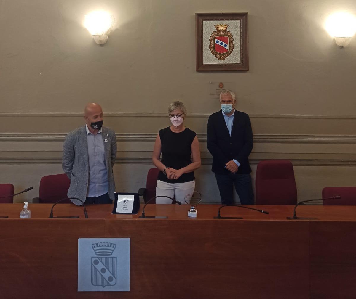 Consegna targa commemorativa Elisa Pezzini per nuovo semaforo in via Trieste